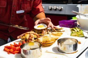 Altmarks Biggest - Zubereitung des Burgers bei der Kerrygold Cheddar Burger Challenge