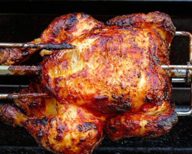 Ganzes Tandoori-Huhn auf der Rostisserie des Broil King Baron 590