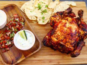 Tandoori-Huhn mit Gurken-Raita, Tomatensalar und Papadams