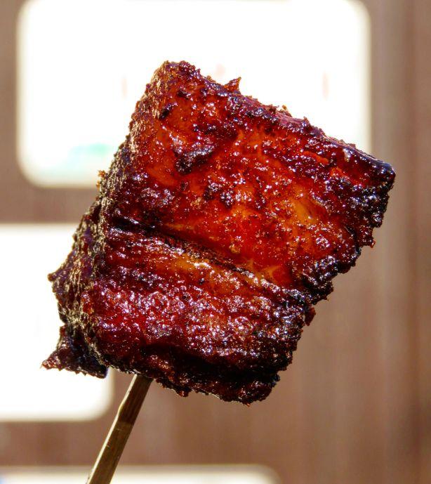 Pork Belly Burnt Ends auf Gabel aufgespießt