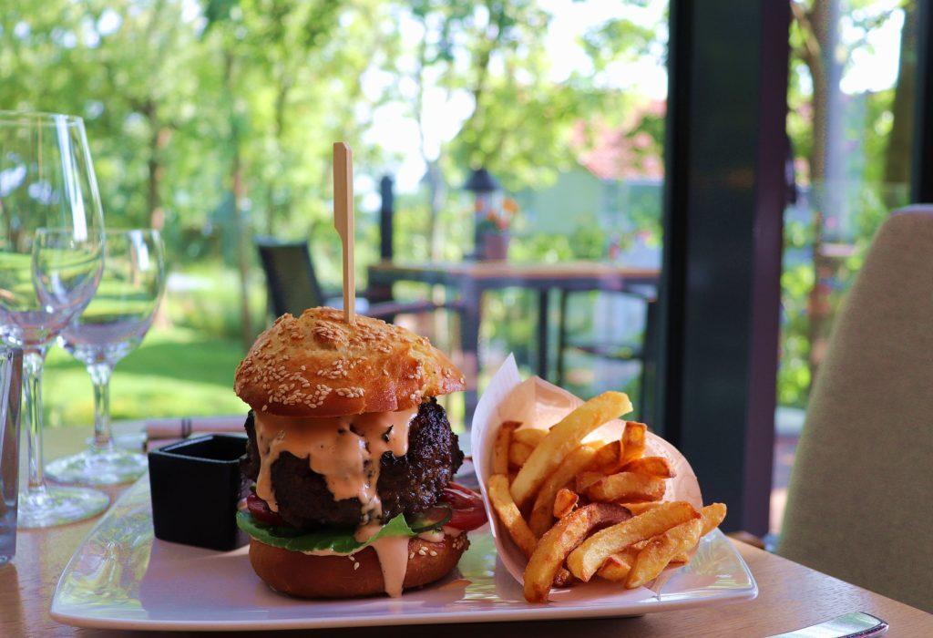 Havel-Wagyu-Burger im Restaurant Schmoken Arthotel Kiebitzberg