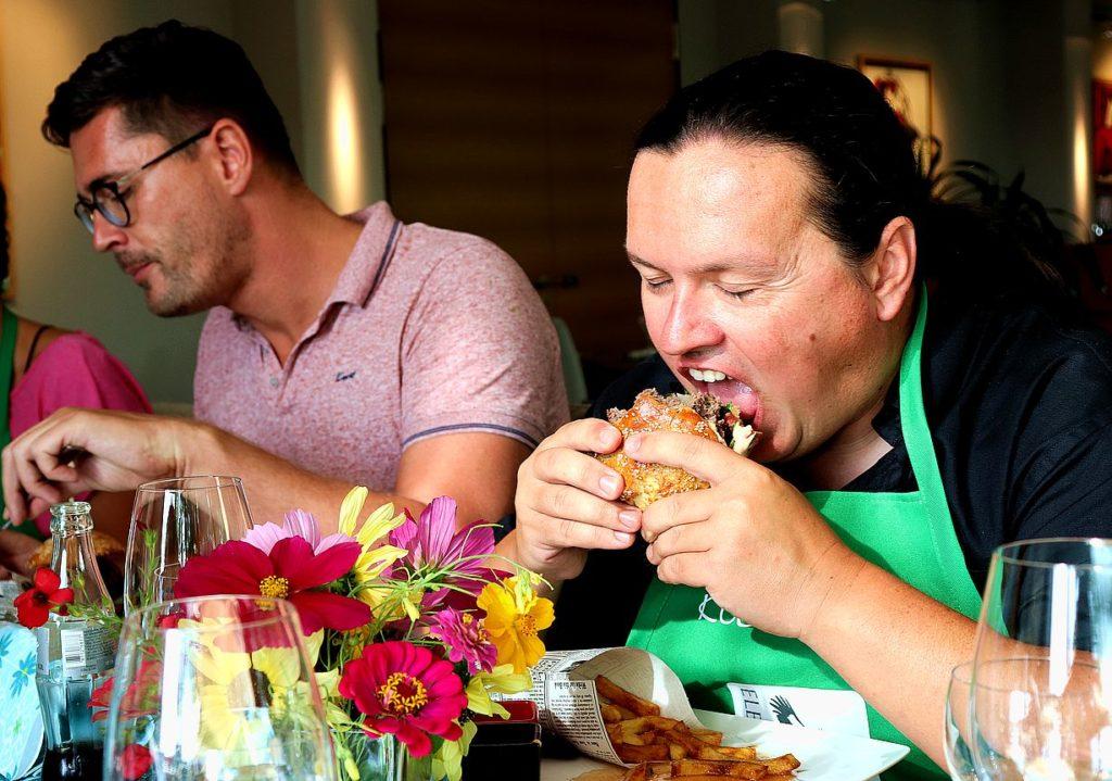 Burger essen im Restaurant Schmokenberg