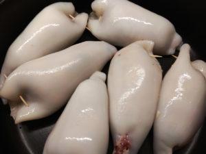 Gefüllte Tintenfsichtuben dämpfen im Kochtopf