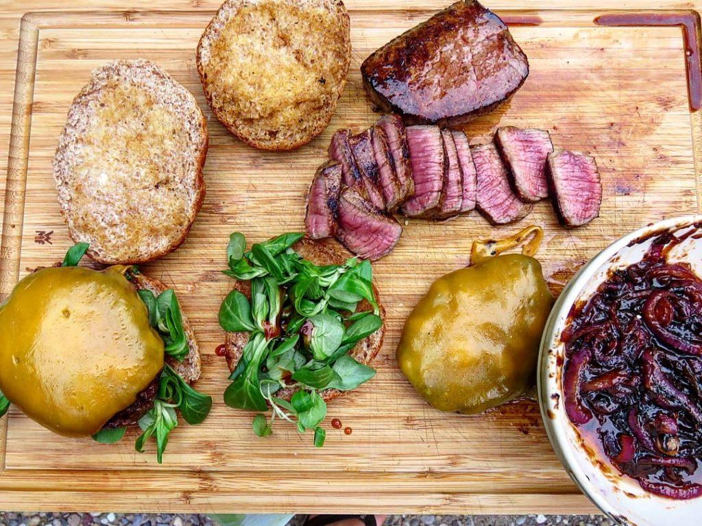Zutaten für Burger mit Patty und Steak von der Gusseisen Grillpfanne