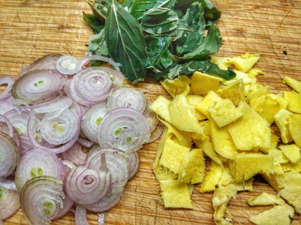 Schalotten Ingwer und Thai Basilikum