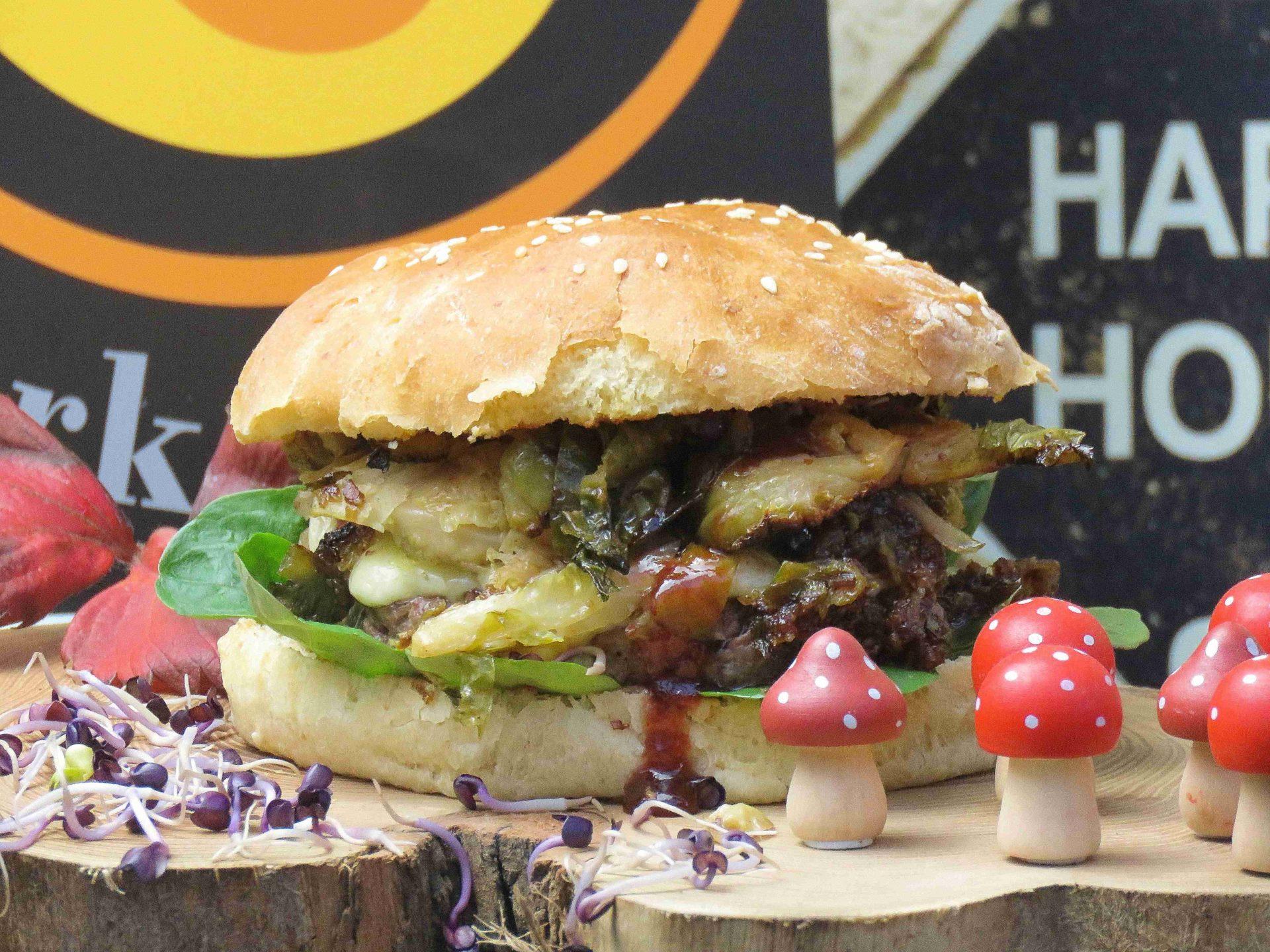Wildschwein Burger mit Rosenkohl und Preiselbeeren