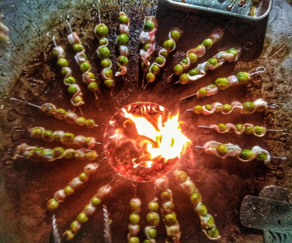 Rosenkohl Spieße auf der Feuerplatte