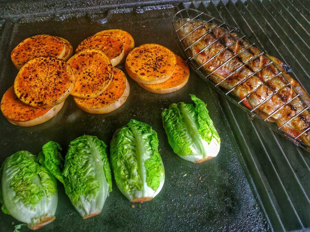 Saibling, Kürbis und Salat vom Grill