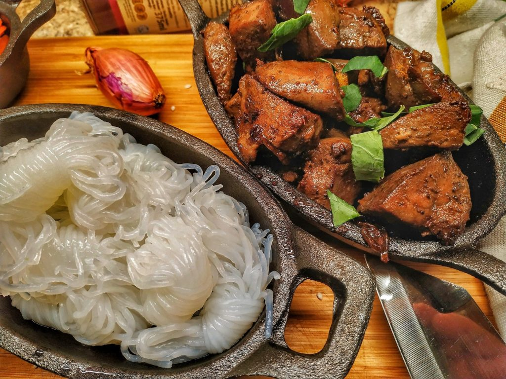 Shirataki-Nudeln und Lammleber als chinesische Tapas