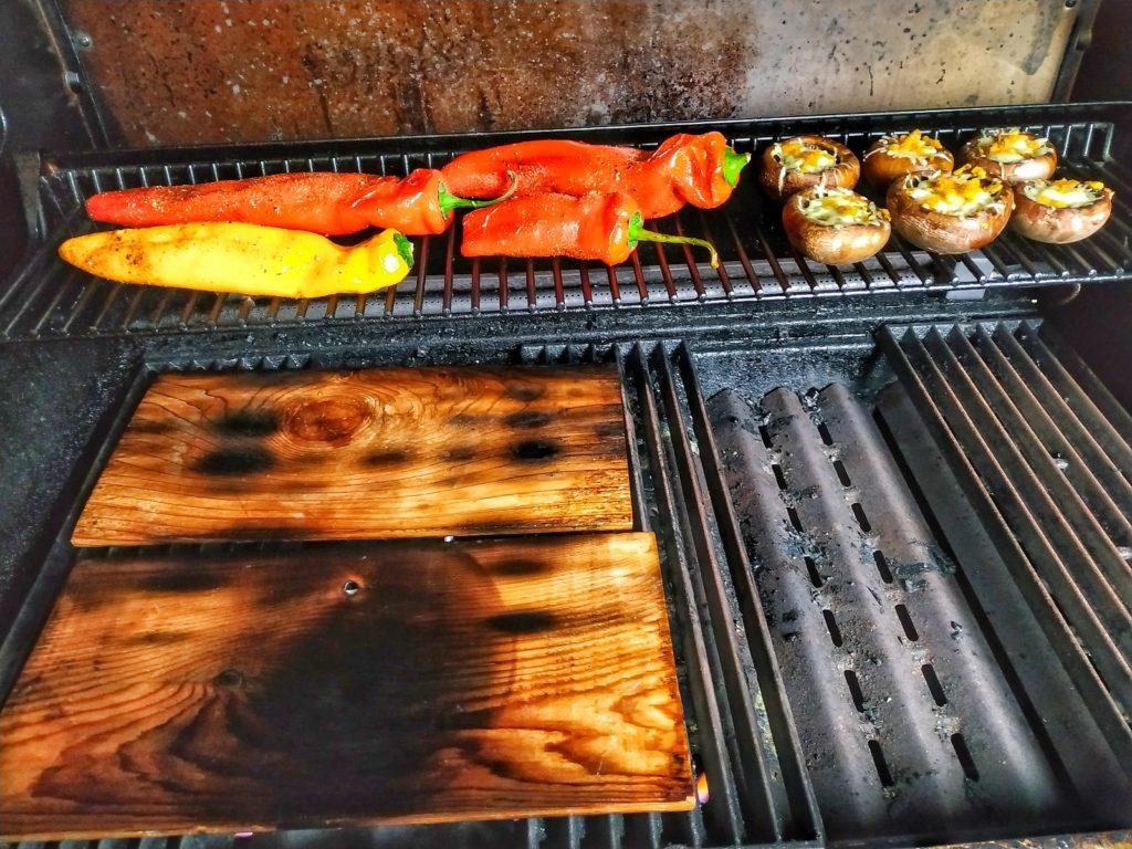 Zedernplanke und Grillgemüse