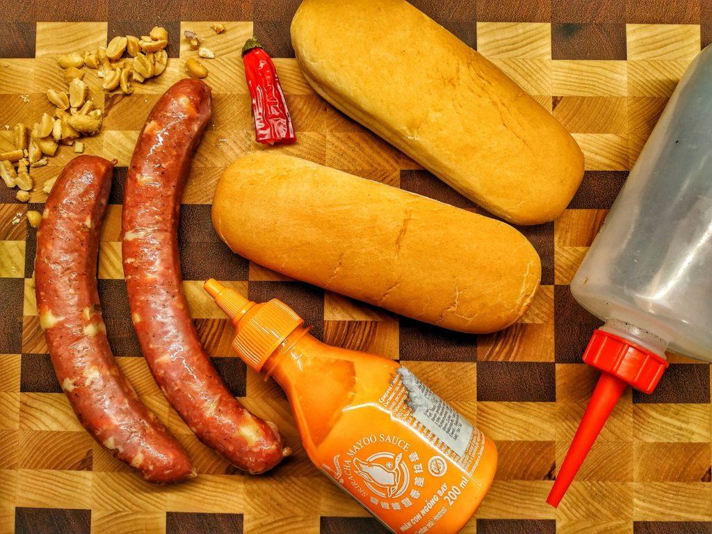 Zutaten für asiatischen Käsekrainer Hot Dog