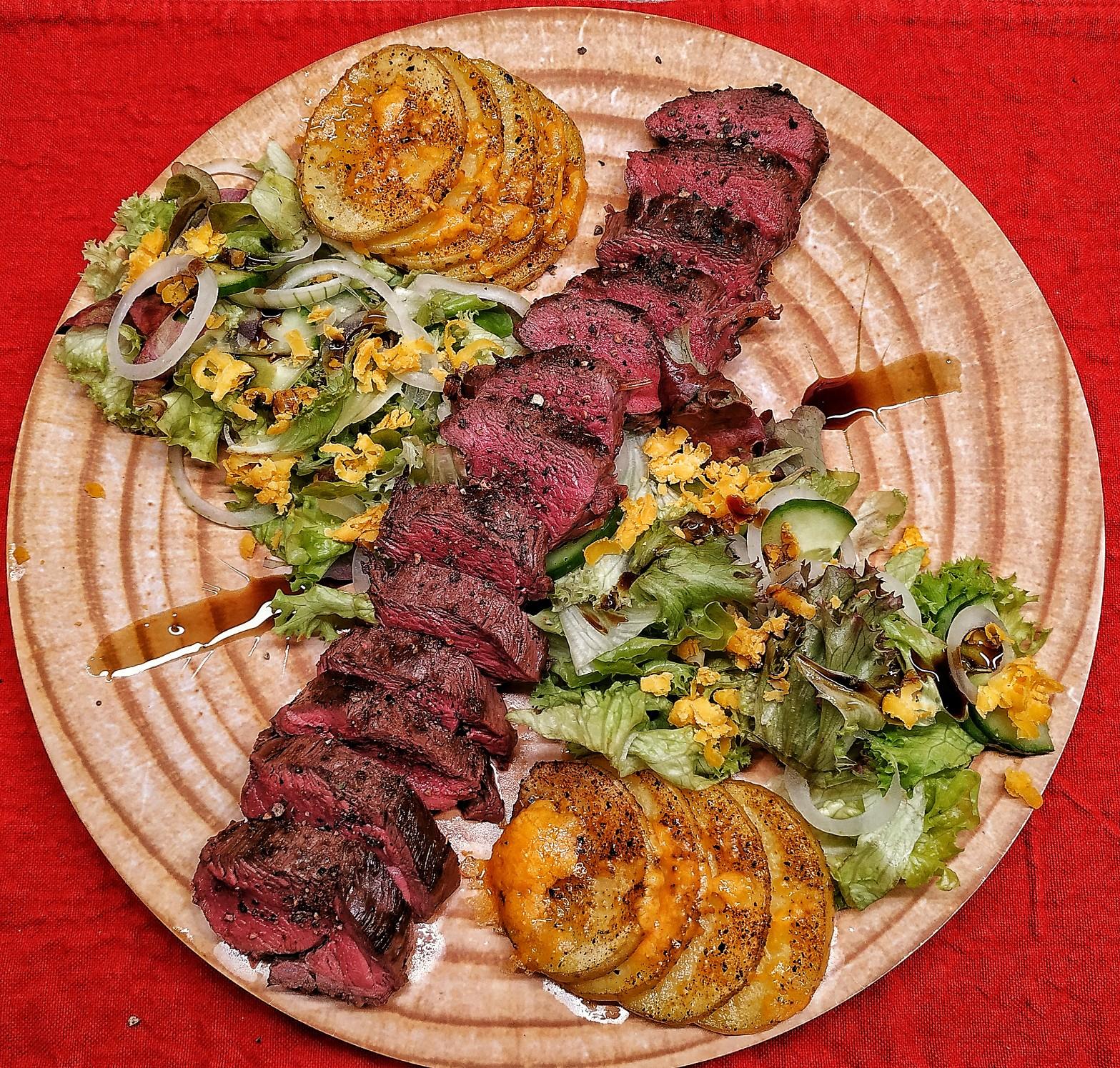 Gegrillter Rehrücken auf Salatbett