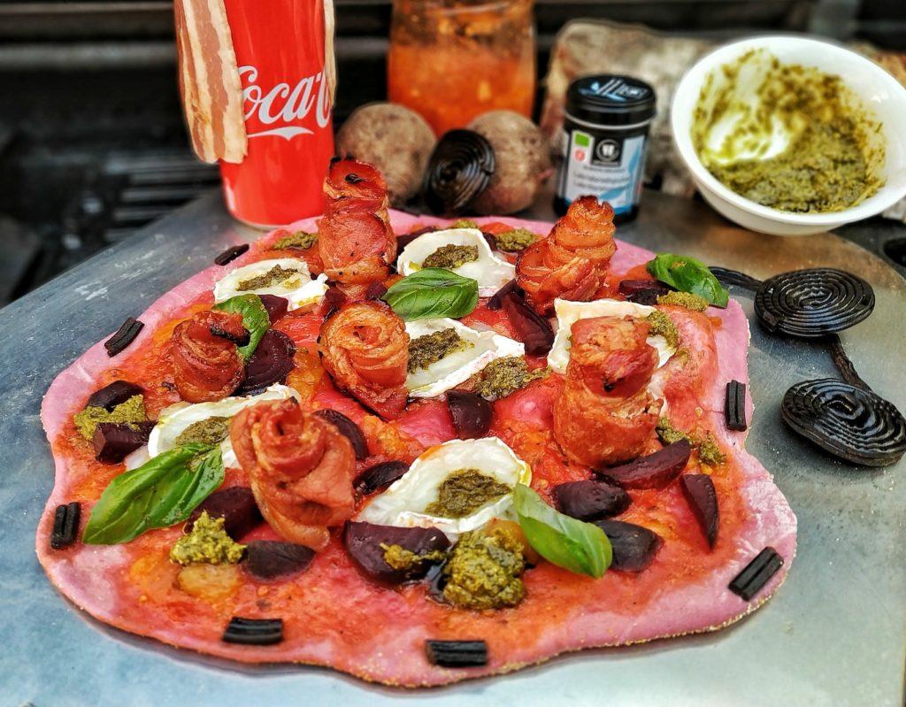 Rote Bete Pizza mit Bacon-Rosen