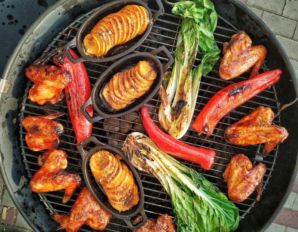 Chicken Wings und Gemüse vom Kugelgrill