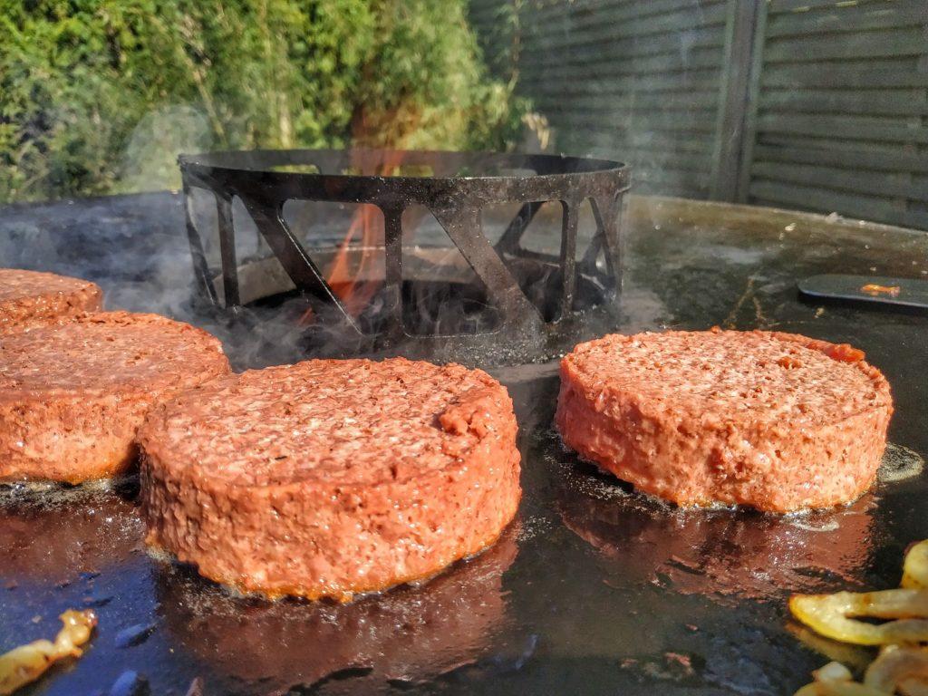 Beyond Meat Burger auf der Feuerplatte