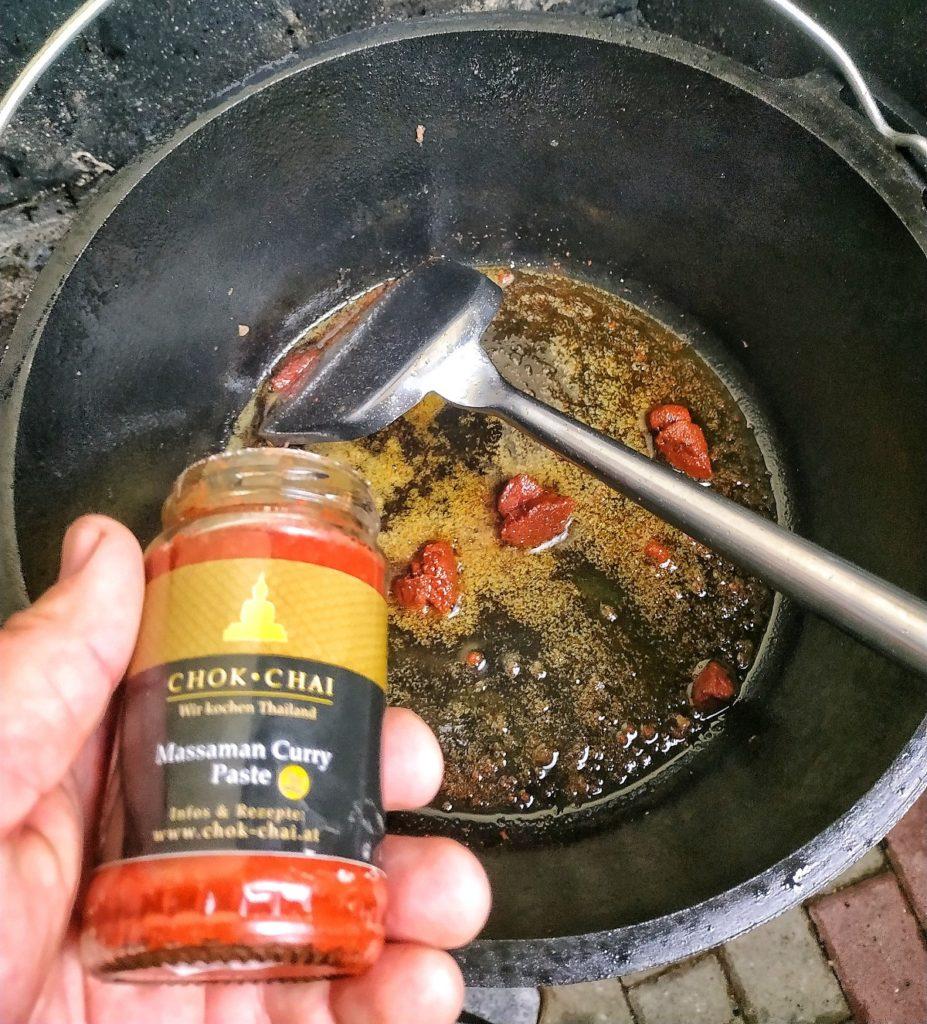 Massaman Curry mit Schweinebäckchen aus dem Dutch Oven