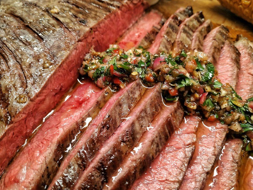 Chimichurri auf Flank Steak vom Wagyu