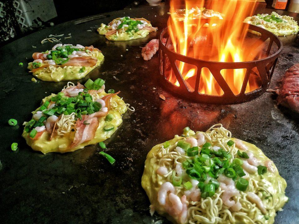 Okonomiyaki von der Feuerplatte