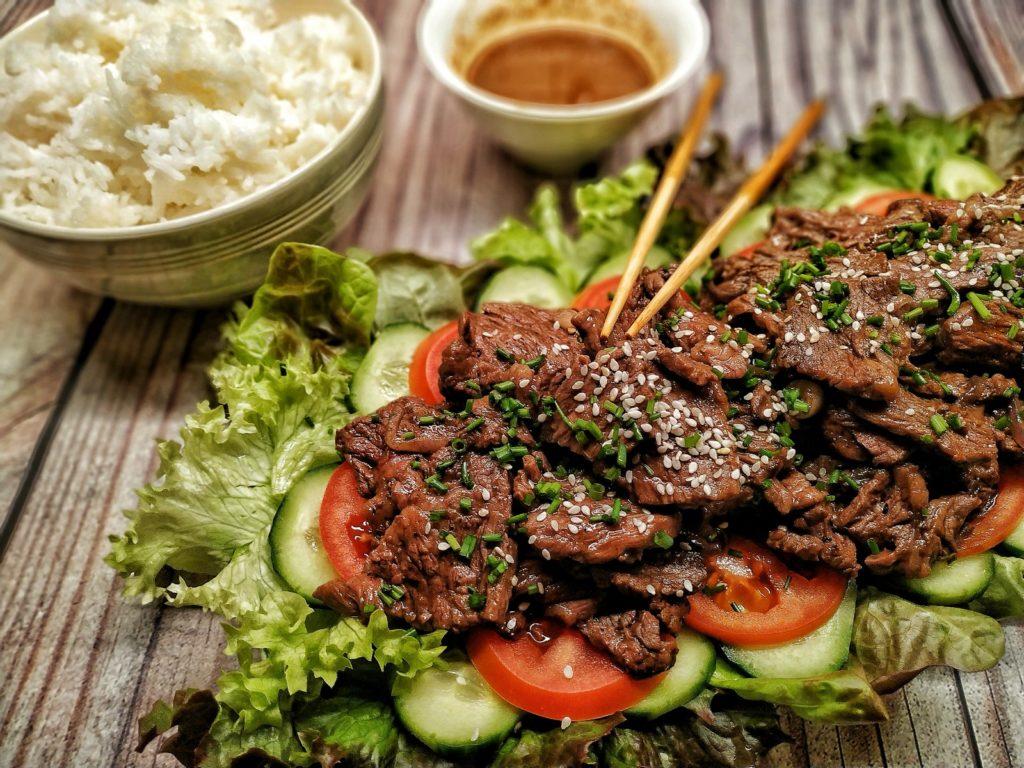 Beef Lok Lak - kambodschanische Rindfleischstreifen