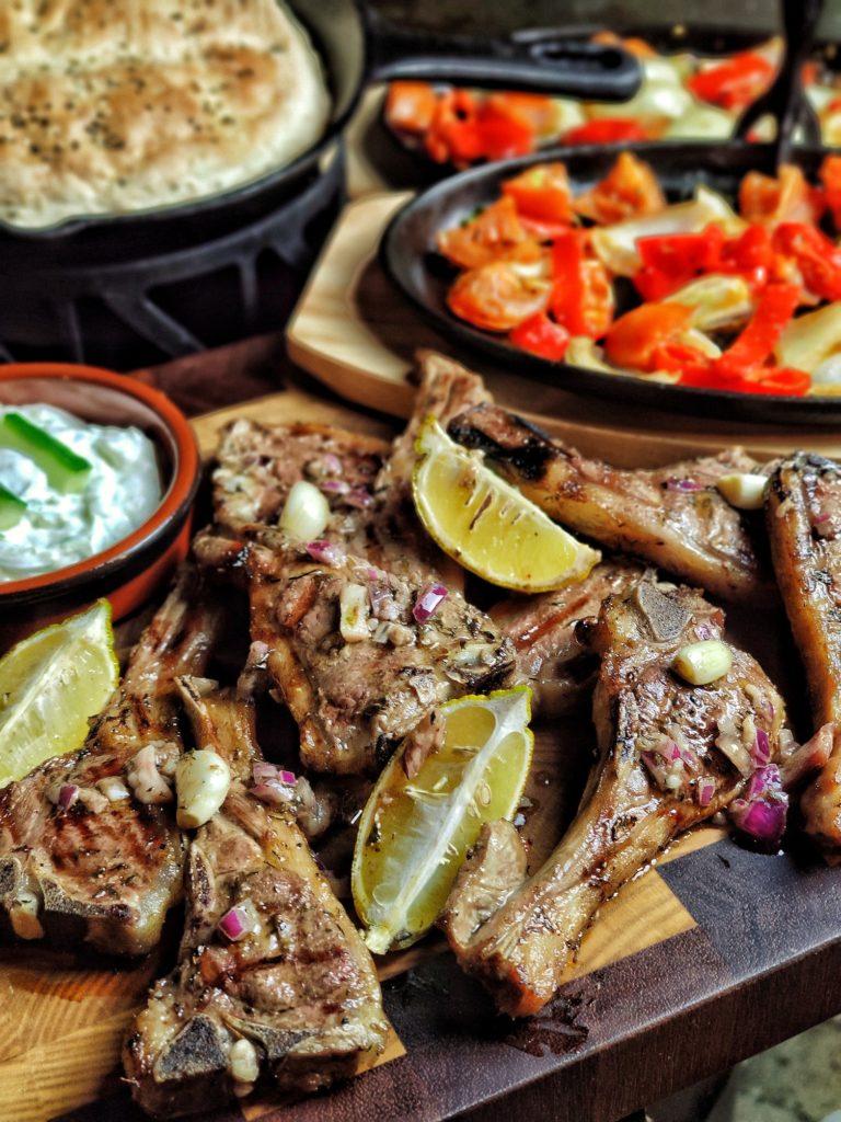 Griechische Lammkoteletts mit Tsatsiki
