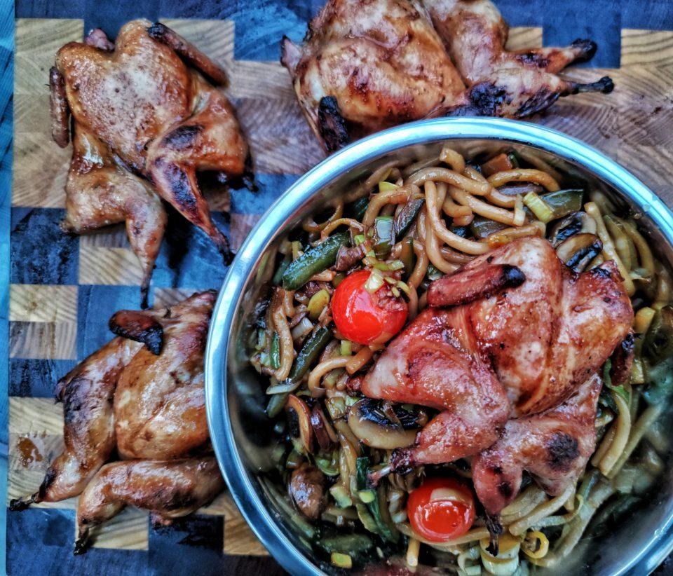 Wachteln vom Grill in Thai-Marinade mit Wok-Beilage
