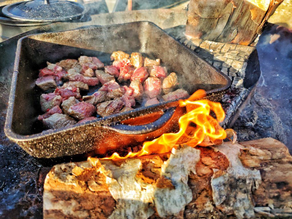 Fleisch anbraten in der Dutch Oven Pan