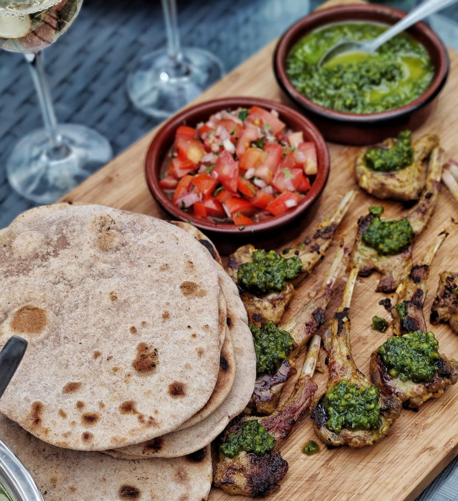 Indische Lamm Lollies mit Minz-Pesto, Chapati und Kachumbari