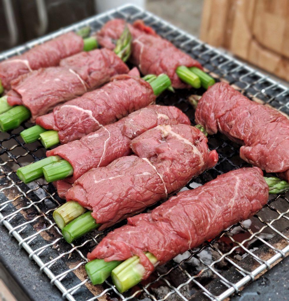 Japanische Spargelrollen mit Rindfleisch