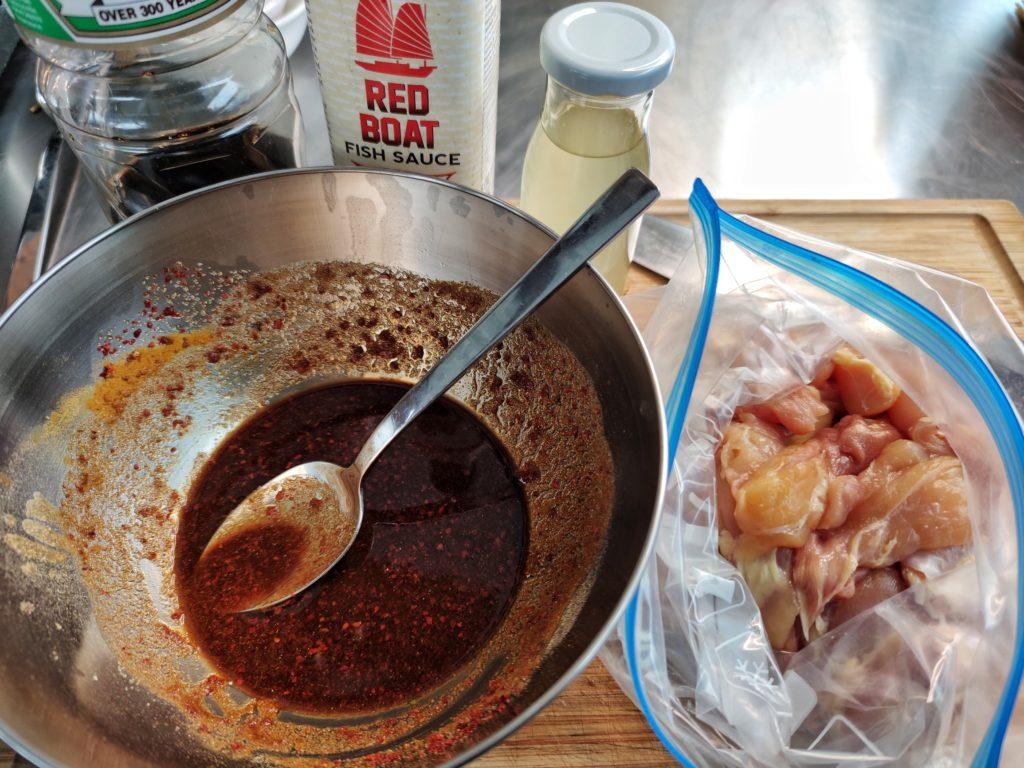 Zubereitung von Hähnchen Satay Spieße mit Erdnuss-Sauce