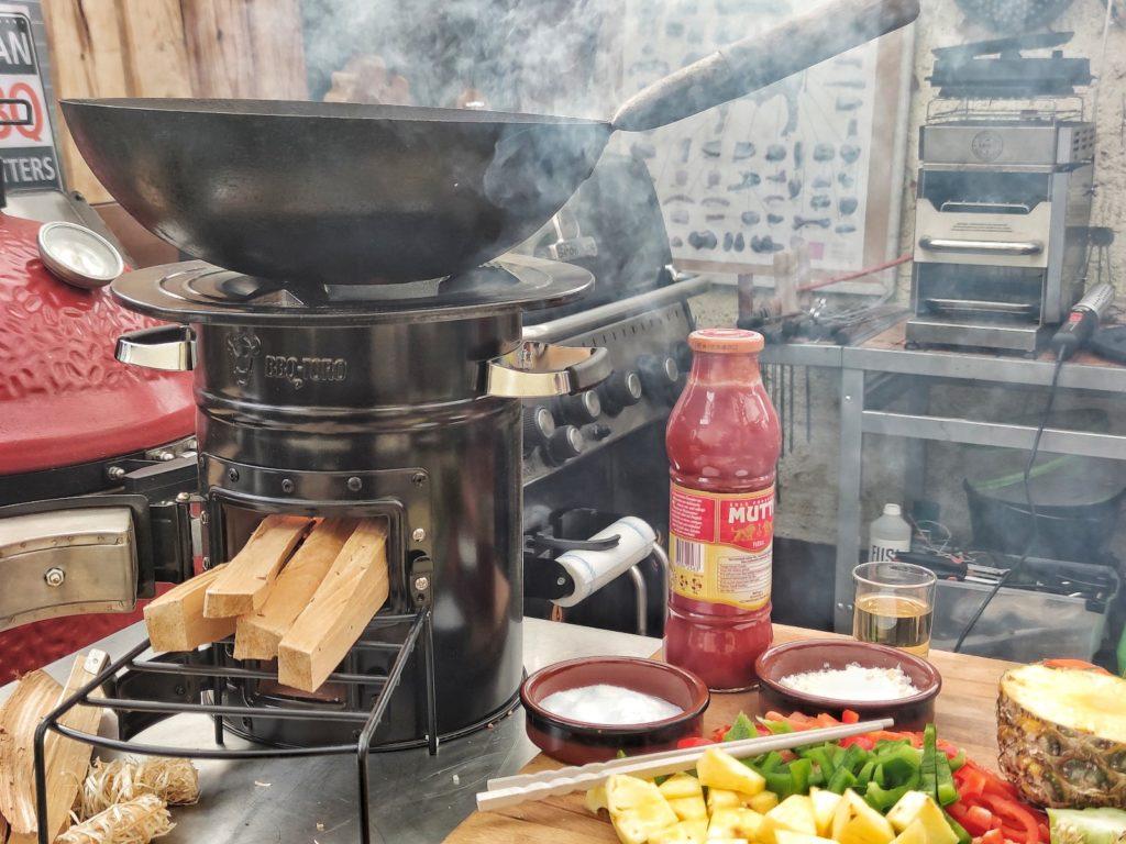 Kochen mit Wok und Raketenofen