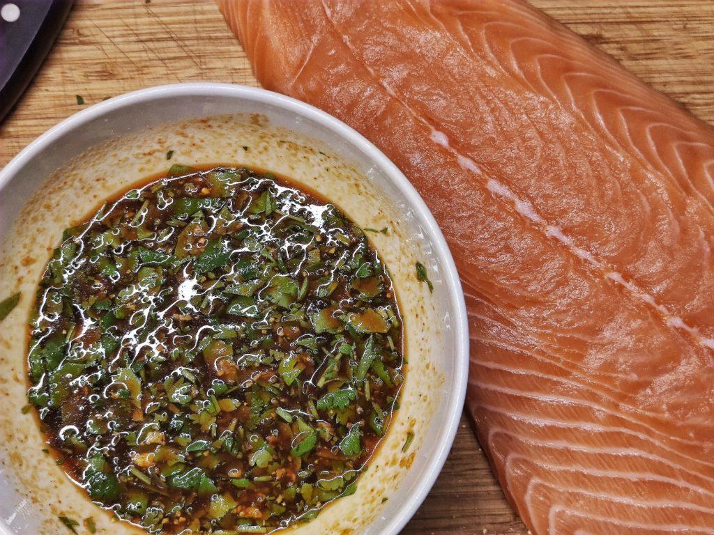 Lachs vom Grill in thailändische Marinade
